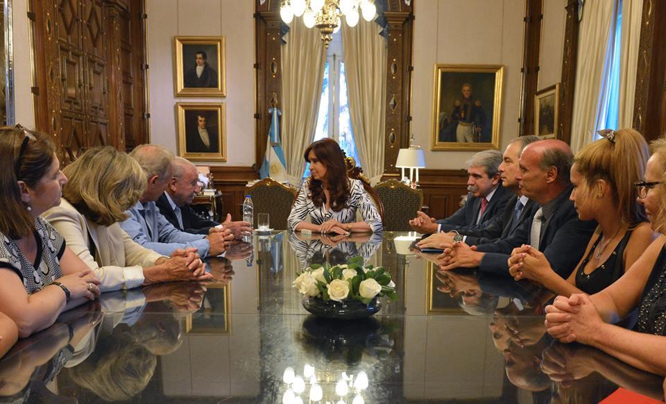CFK con familiares atentado embajada