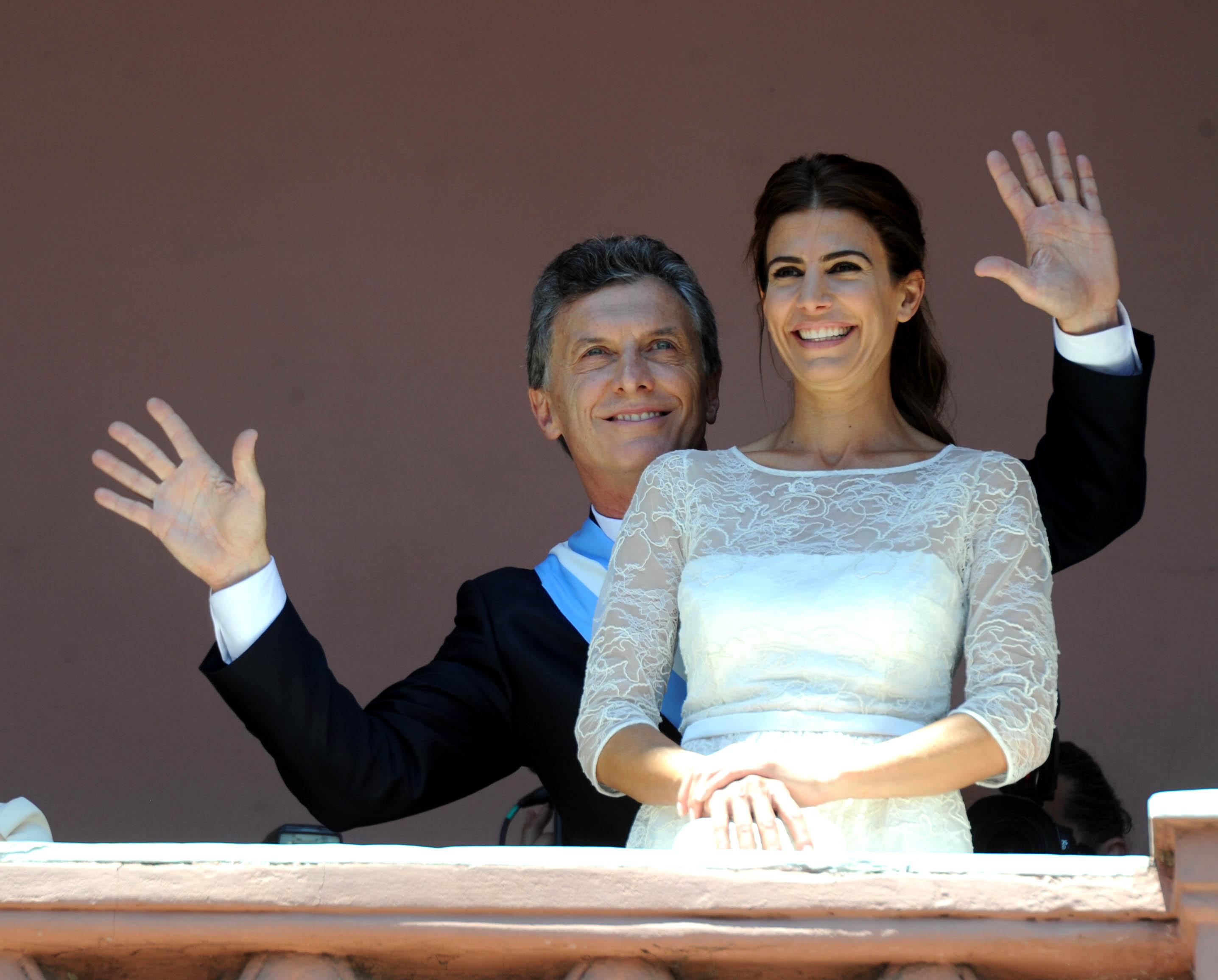Macri, junto a su esposa Juliana Awada, en el balcón de la Casa Rosada (Télam).
