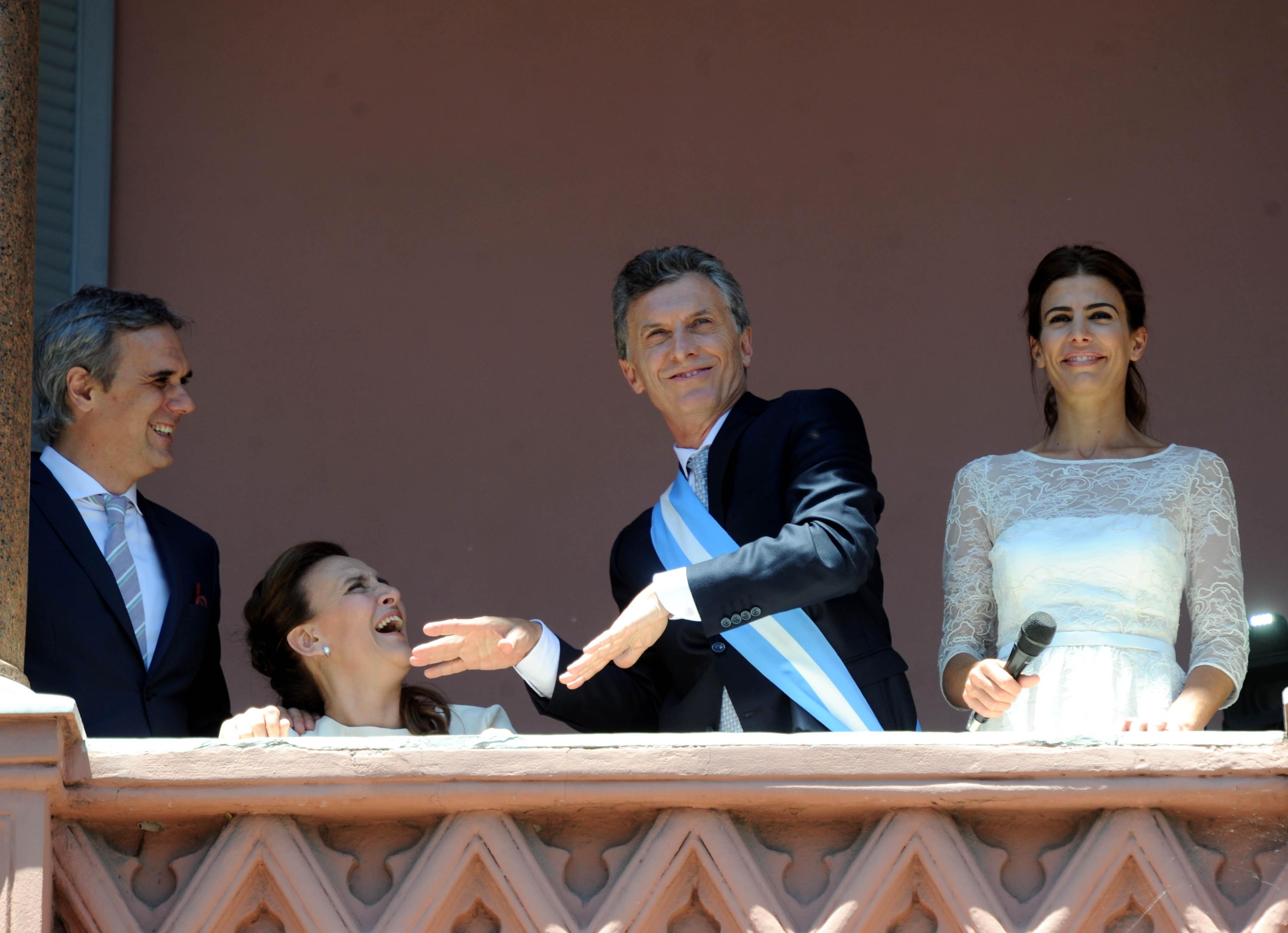 """En el balcón en el que Perón y Alfonsín le hablaron a multitudes, Macri bailó torpemente y retomó la mística payasa que logró arrebatarle al De Narváez de """"alika alikate"""". (Télam)"""