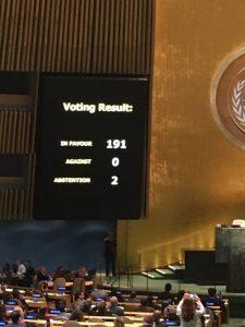 la pantalla de la Organización de Naciones Unidas después de la votación sobre el bloqueo a Cuba.