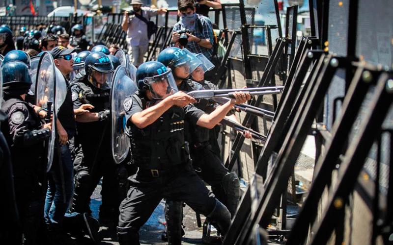 Brutal represión y cacería policial para sancionar el saqueo ...